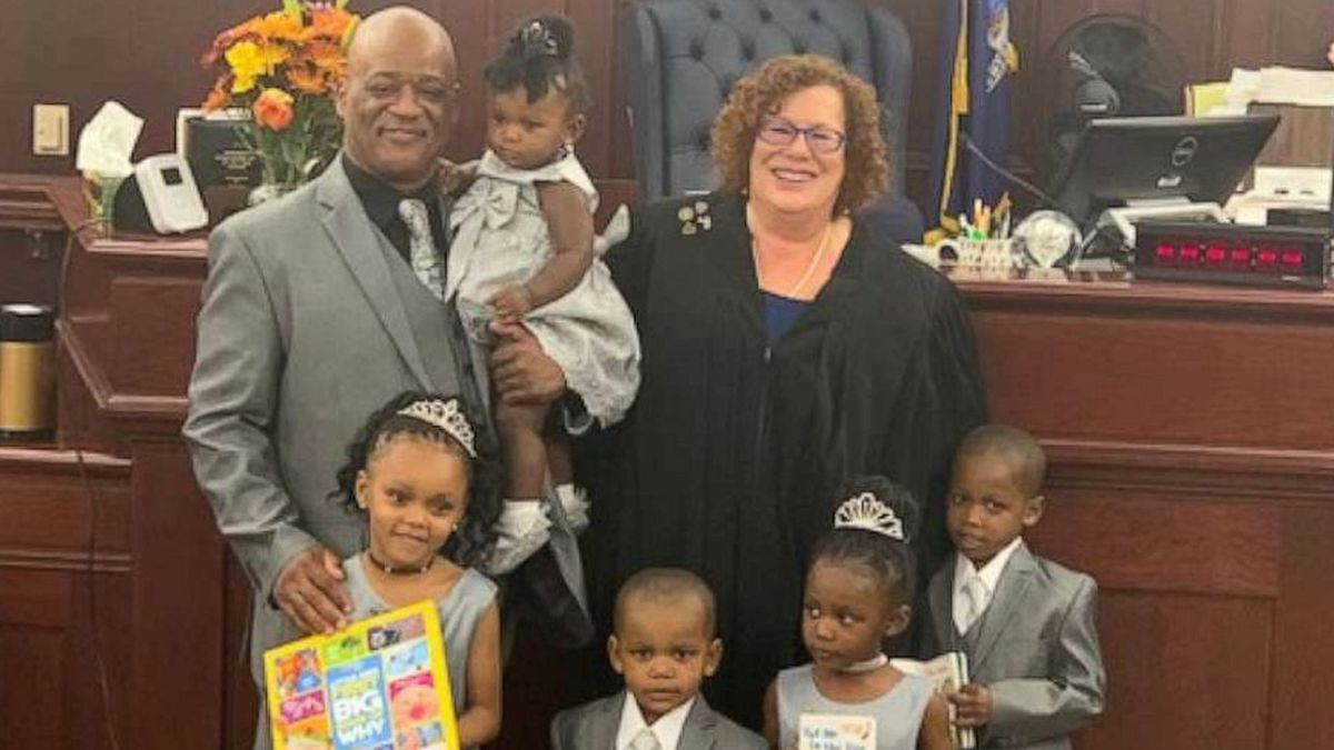 Single dad who fostered 30 kids adopts 5 siblings under 5 years old