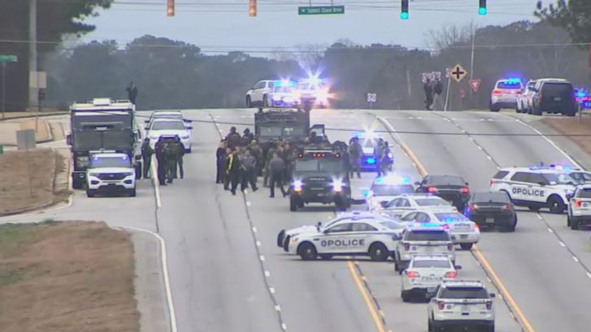 Police shooting suspect caught after manhunt along busy Gwinnett County highway