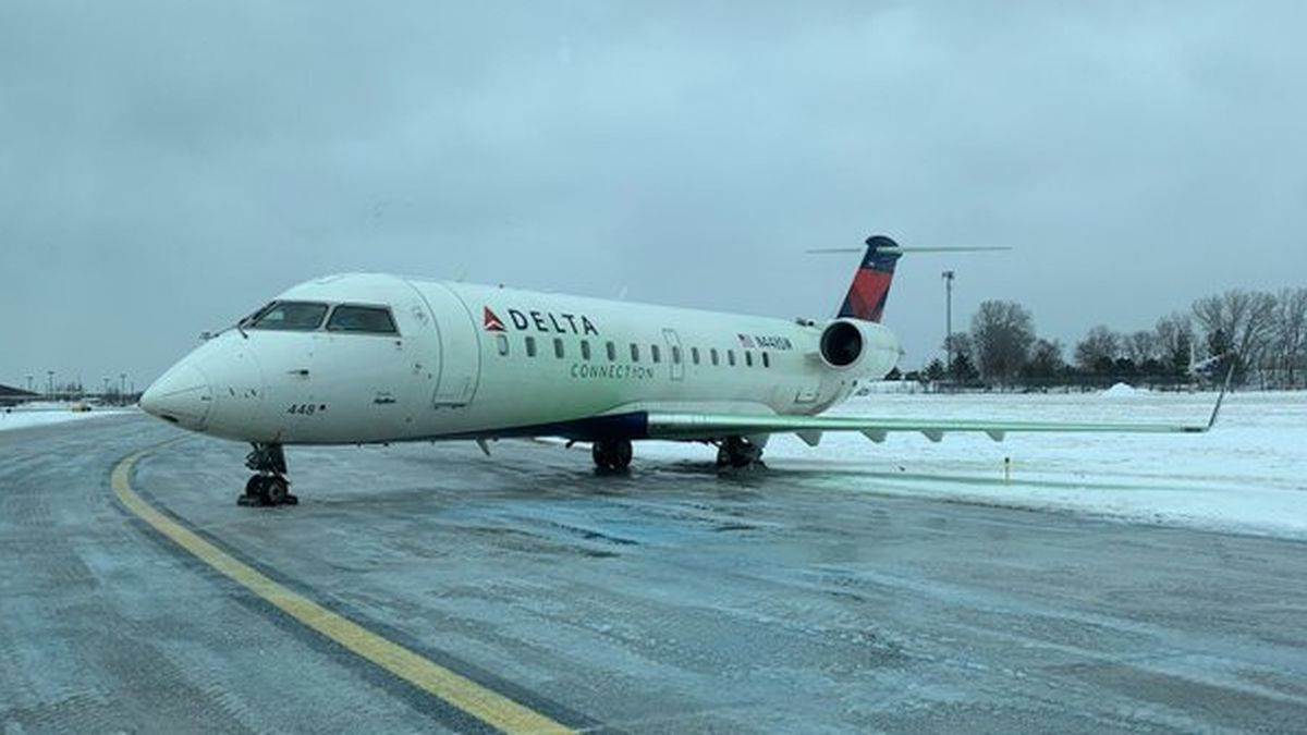 Delta plane skids off icy taxiway at Illinois airport