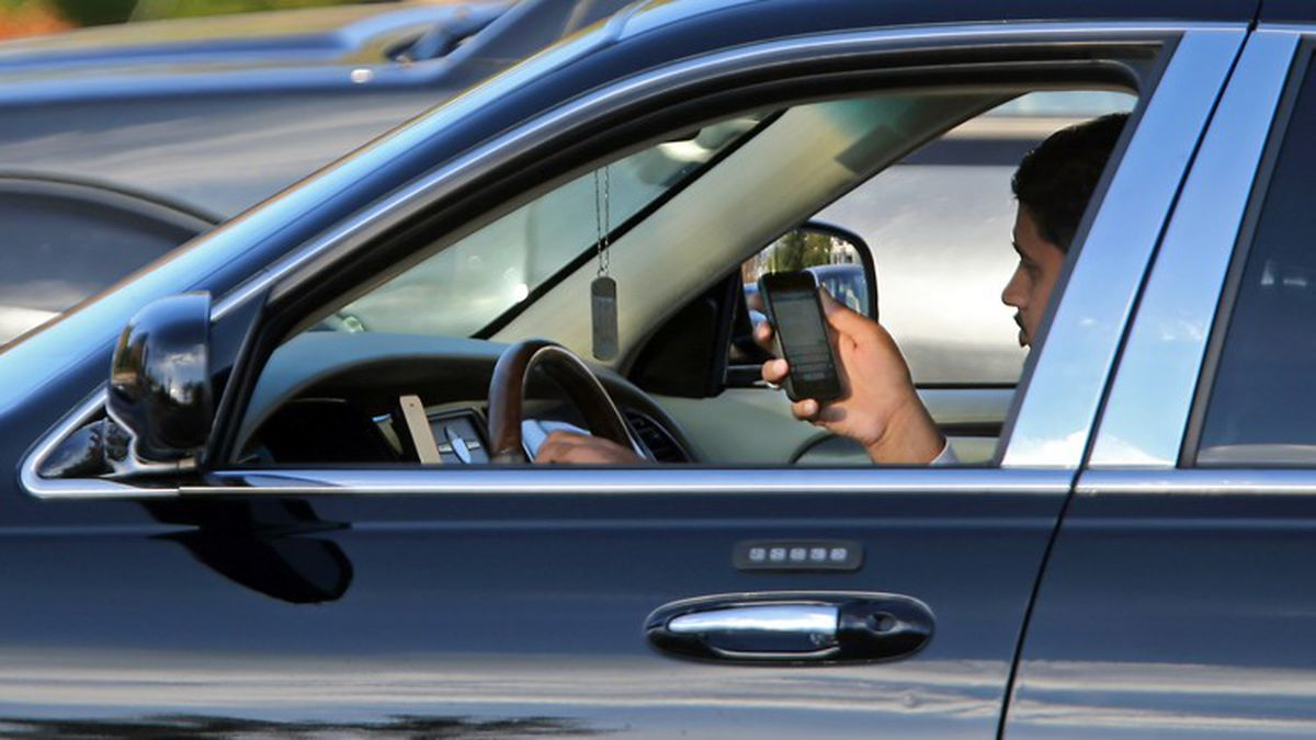 Many parents, not just teens, use apps and text while driving, survey finds