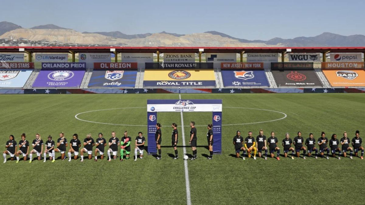 Women's pro soccer teams take knee as league play resumes