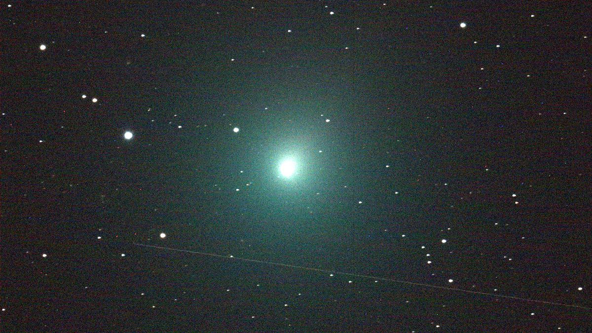 Year's brightest comet flies by Earth this weekend