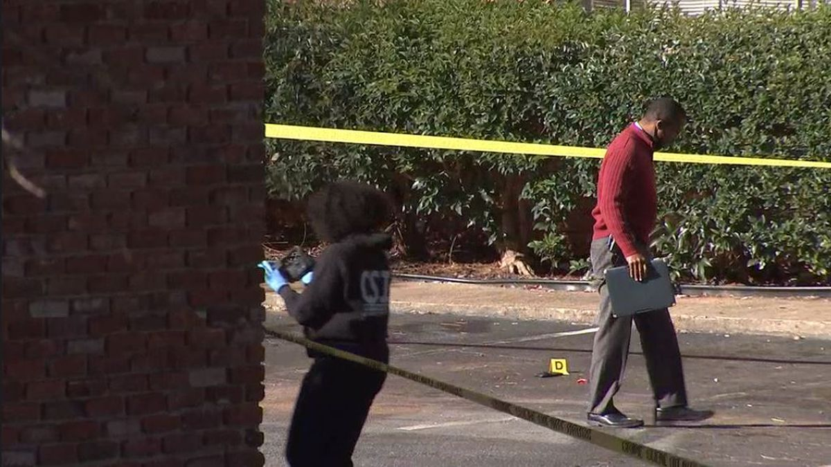 Police searching for suspect after man shot, killed at apartment complex
